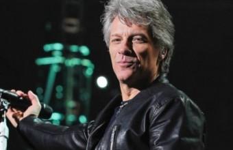 Ο Bon Jovi πλένει τα πιάτα στην κουζίνα του φιλανθρωπικού εστιατορίου του εν μέσω κορωνοϊού